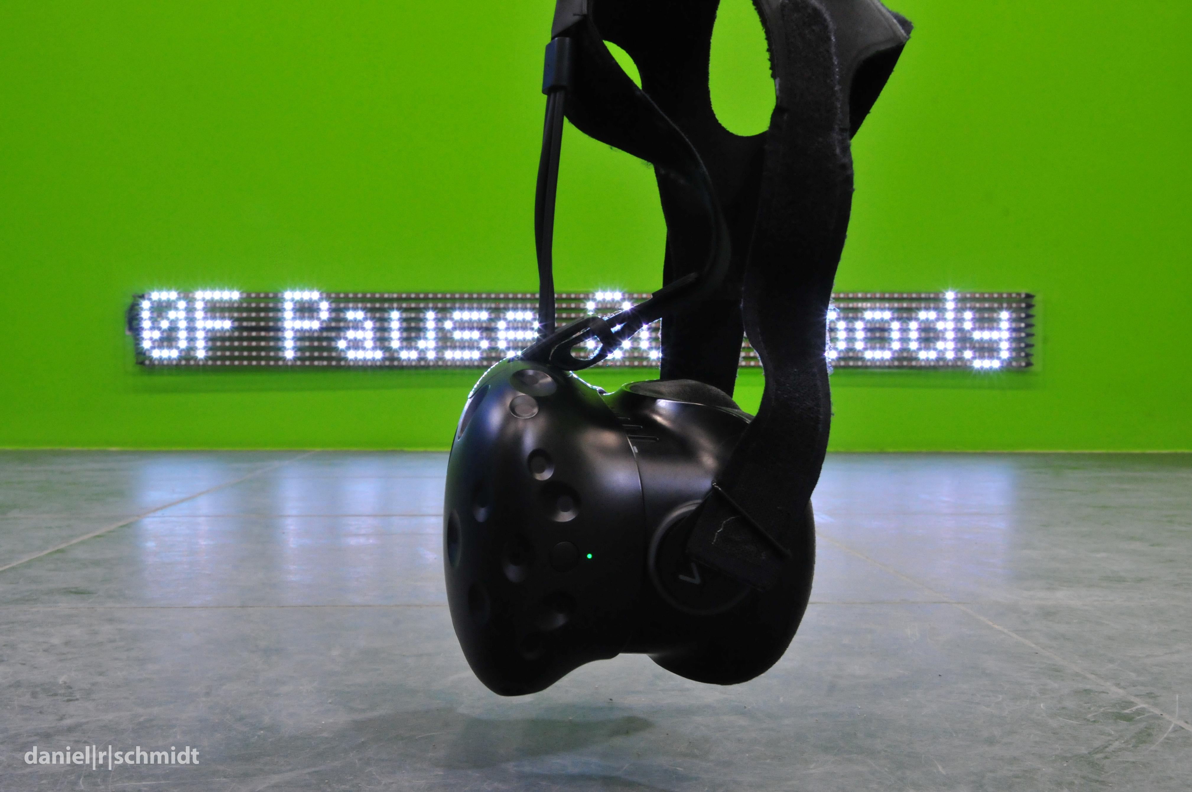 Eine VR-Brille ist der Zugang zum Kunstwerk Wetware