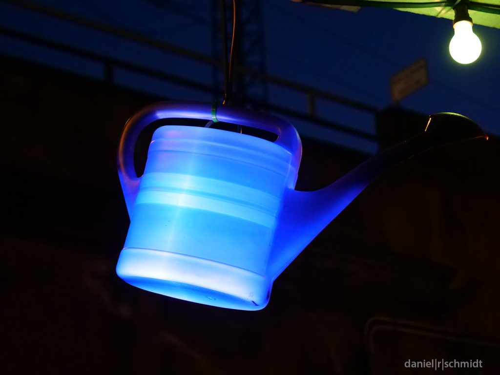 Beleuchtete Gießkanne