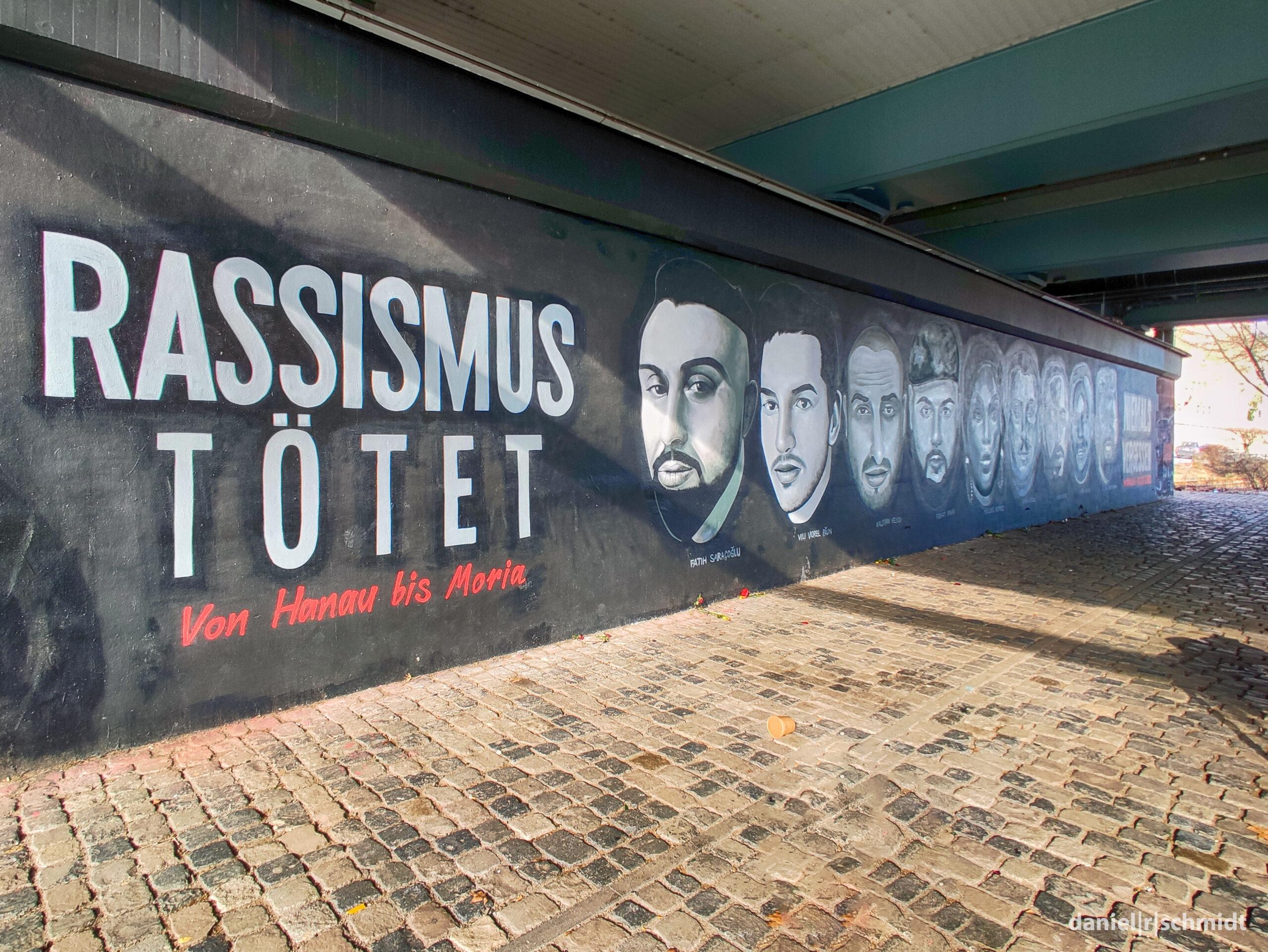 Graffito an der Friedensbrücke in Frankfurt am Main zum Gedenken der beim rassistisch motivierten Anschlag in Hanau 2020 getöteten Menschen.